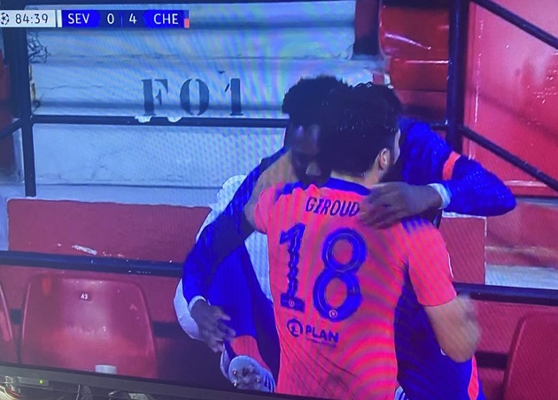 Giroud ôm Abraham - Bóng Đá