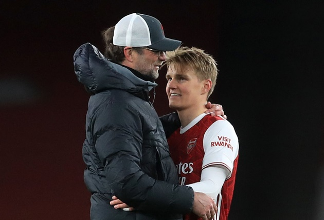 Martin Odegaard hugs and talks to Liverpool boss Jurgen Klopp after Arsenal are smashed - Bóng Đá