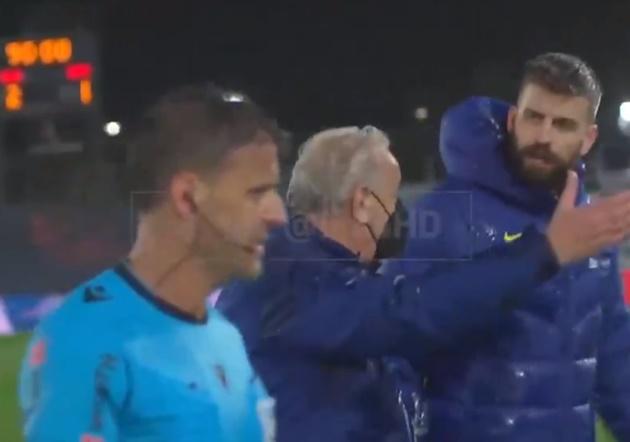 'Let me speak!' - Furious Pique confronts referee after Barcelona lose Clasico to Real Madrid - Bóng Đá