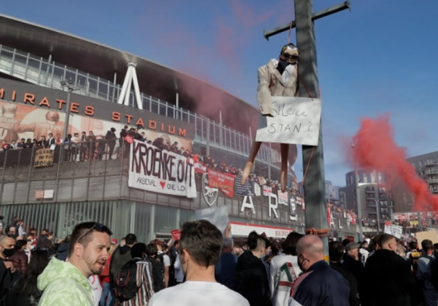 Arsenal fans HANG EFFIGY and call on Stan Kroenke to quit as thousands protest outside Emirates as police intervene - Bóng Đá