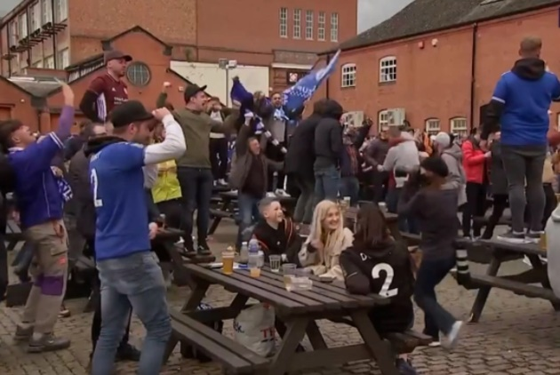 Leicester fans celebrate in pub as VAR comes to rescue and disallows Ben Chilwell's dramatic late equaliser - Bóng Đá