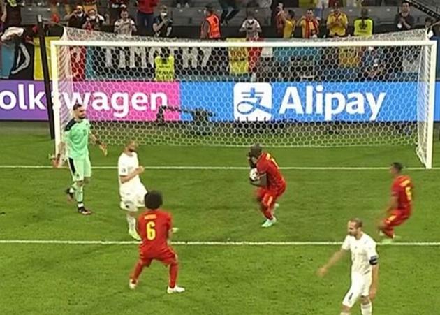 Romelu Lukaku's blunt gesture to Gianluigi Donnarumma spotted after he scores penalty - Bóng Đá