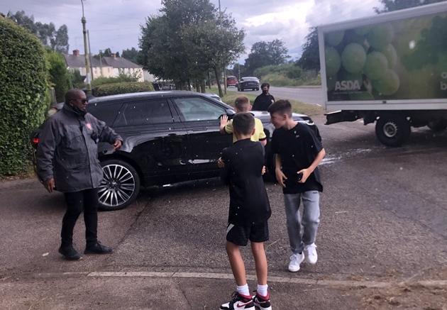 Ben White leaving London Colney after his Arsenal medical - Bóng Đá