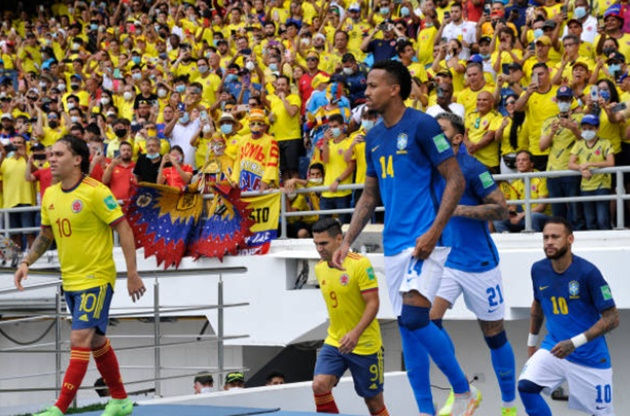 Brazil star Neymar appears to try and KISS Colombia centre back Yerry Mina after pair clash during goalless World Cup qualifier on Sunday night - Bóng Đá