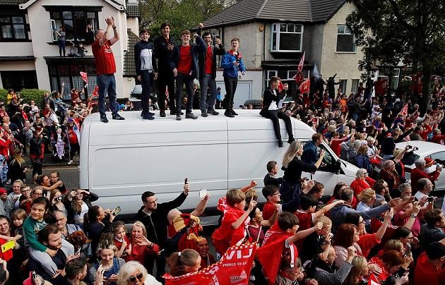Trèo cột điện, leo nóc ô tô, CĐV Liverpool làm tất cả chỉ để thấy