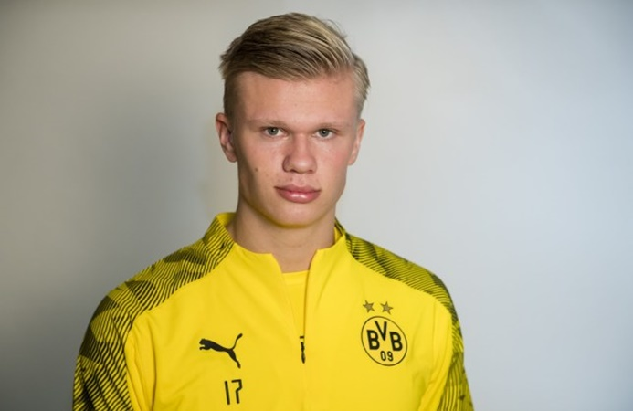rling Haaland' as Borussia Dortmund striker poses on a beach after meeting up with new team-mates in Marbella - Bóng Đá