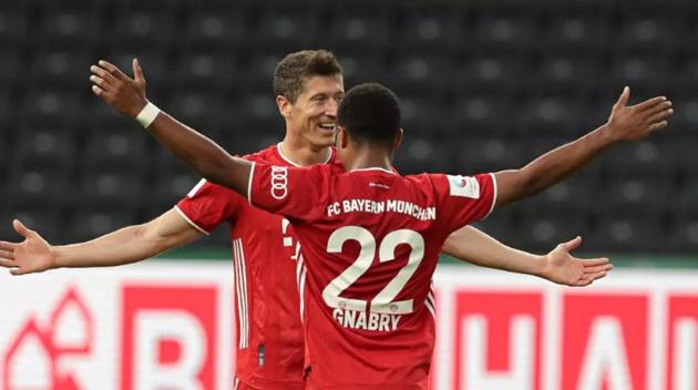Lewandowski passes 50-goal mark as Bayern win - Bóng Đá