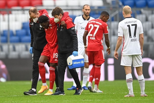 Horrible scenes for Bayern Munich as Alphonso Davies suffers an awful looking injury - Bóng Đá