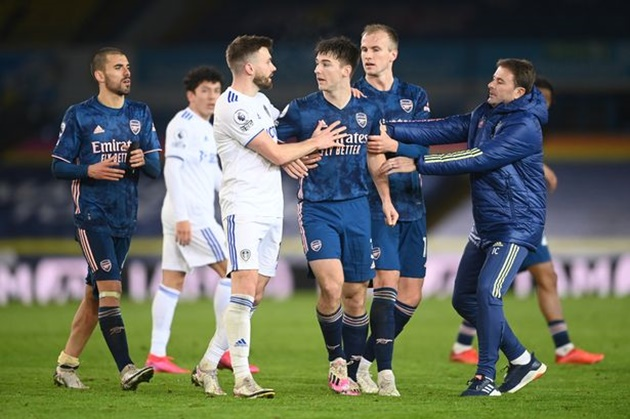 Kieran Tierney has to be dragged away from Alioski after Arsenal draw with Leeds - Bóng Đá