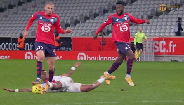 Kimpembe có pha tackle dính bóng ấn tượng - Bóng Đá