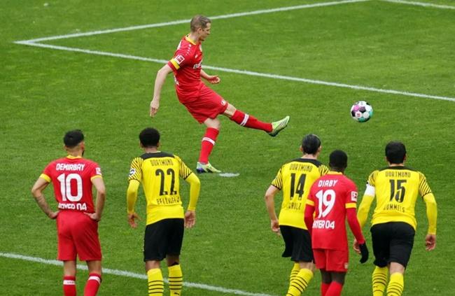 Hình ảnh chiếm tình cảm NHM: Lars Bender được thủ môn dâng bàn thắng từ 11 mét - Bóng Đá