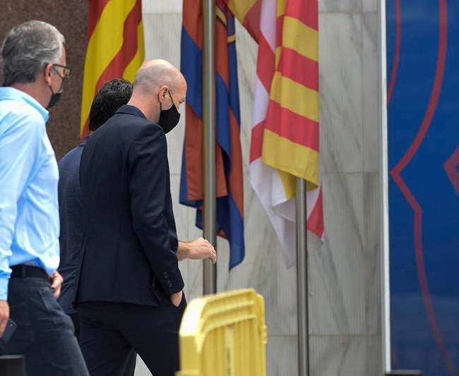 Jordi Cruyff has arrived at the Camp Nou offices to sign his contract with Barcelona - Bóng Đá