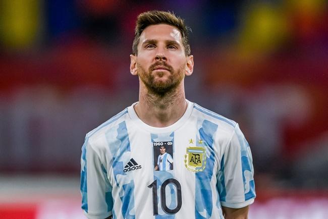 Argentina honour Maradona with statue before World Cup qualifier vs Chile - Bóng Đá