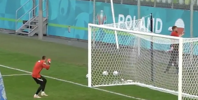 Robert Lewandowski hits fan's phone in incredible training ground footage - Bóng Đá