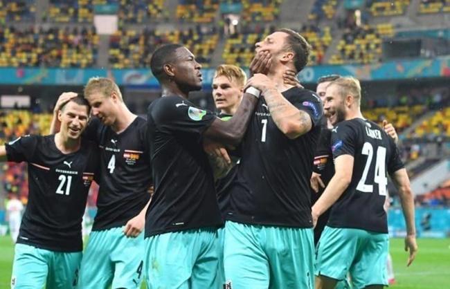 David Alaba grabs angry Marko Arnautovic's face to 'get Austria team-mate to shut up' - Bóng Đá