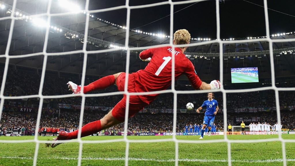 """Cú Panenka của Pirlo: Sau 120 phút cầm chân nhau ở trận tứ kết tại EURO 2012, tuyển Anh và Italy kéo nhau đến loạt sút luân lưu cân não. Andrea Pirlo đã khiến cả thế giới phải ngả mũ thán phục khi thực hiện thành công cú panenka vào lưới Joe Hart trong hoàn cảnh Azzurri đang bị dẫn trước 1-2. Ngay sau cú đá đầy táo bạo của cựu tiền vệ Juventus, đoàn quân của HLV Cesare Prandelli đã thắng ngược """"Tam sư"""" với tỷ số 4-2 sau 5 lượt sút penalty để thẳng tiến vào bán kết. Ảnh: Internet."""