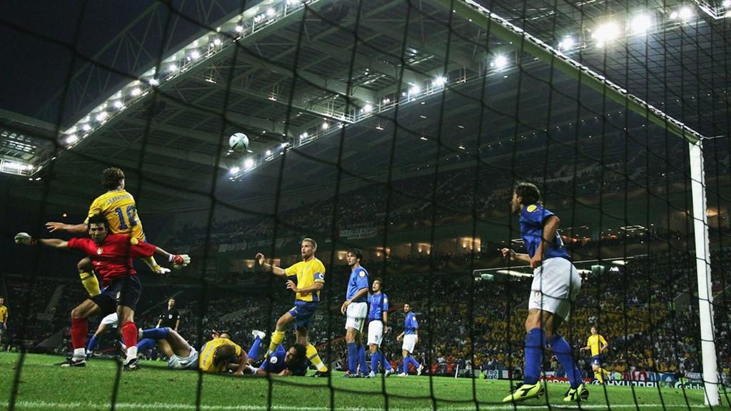 Cú đánh gót của Zlatan Ibrahimovic: Người hâm mộ đã được thưởng thức vô số siêu phẩm được thực hiện bởi Zlatan, trong đó phải kể đến cú đánh gót huyền thoại giúp tuyển Thụy Điển đánh bại Italy ở vòng bảng EURO 2004. Sau một tình huống lộn xộn, Gianluigi Buffon băng lên đấm bóng giải nguy, nhưng Ibrahimovic đột nhiên xuất hiện và tung cú đánh gót điệu nghệ đưa bóng vào góc cao khung thành trong sự ngỡ ngàng của toàn bộ hàng phòng ngự Azzurri. Ảnh: Internet.