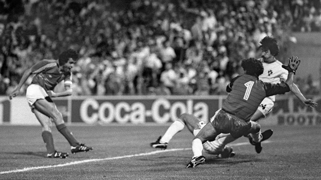 """Bàn thắng quyết định của Michel Platini: Trận bán kết giữa chủ nhà Pháp và Bồ Đào Nha tại EURO 1984 được bầu chọn là một trong những trận đấu hay nhất trong lịch sử giải vô địch châu Âu. Hòa nhau với tỷ số 1-1 trong 90 phút đầu tiên, Bồ Đào Nha bất ngờ vươn lên dẫn trước 2-1 ở phút 98. Tuy nhiên, Domergue đã san bằng tỷ số 2-2 ở phút 114. Tưởng chừng như trận đấu sẽ phải giải quyết bằng loạt sút penalty thì Michel Platini đã kịp thời tỏa sáng bằng pha lập công đem về chiến thắng 3-2 cho """"Gà trống Gaulois"""". Bàn thắng này đã tạo tiền đề cho chức vô địch đầu tiên của """"Les Bleus"""" ở một giải đấu mang tầm cỡ thế giới. Michel Platini cũng ẵm luôn cú đúp danh hiệu cầu thủ hay nhất và vua phá lưới với 9 pha lập công tại kỳ EURO được tổ chức trên quê hương mình. Ảnh: Internet."""