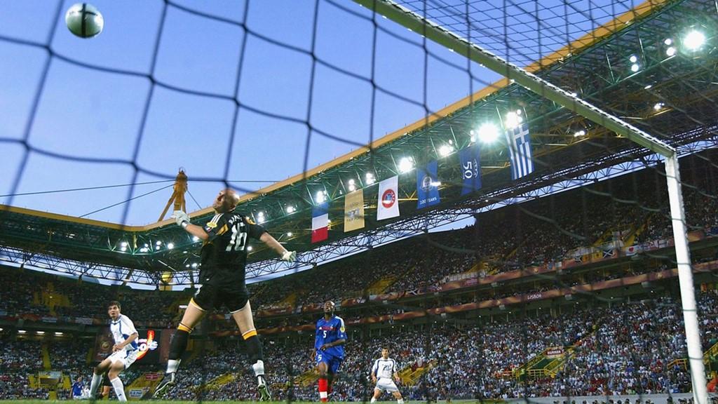 """Hy Lạp đăng quang EURO 2004: Dù không được đánh giá cao nhưng Hy Lạp đã viết nên """"câu chuyện thần thoại"""" ở giữa thế kỷ 21 bằng chức vô địch khó tin nhất trong lịch sử các kỳ EURO. Sau khi may mắn vượt qua vòng bảng, đoàn quân của HLV Otto Rehhagel đã lần lượt đánh bại hai ứng cử viên nặng ký cho chức vô địch là Pháp và CH Séc với cùng tỉ số 1-0. Đối mặt với Bồ Đào Nha với dàn sao Ronaldo, Figo, Rui Costa,… ở trận chung kết, Hy Lạp tiếp tục duy trì lối chơi tử thủ và họ đã khiến đội chủ nhà phải khóc hận khi Charisteas đánh đầu tung lưới thủ thành Ricardo từ một tình huống phạt góc. Ảnh: Internet."""