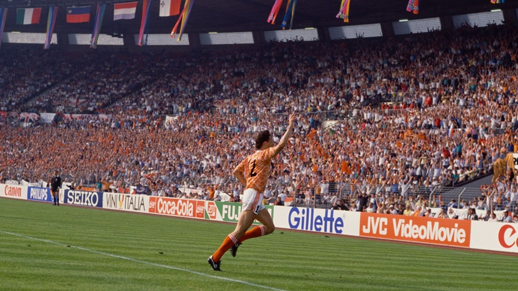 Cú volley của Van Basten: EURO 1988 chứng kiến sự thăng hoa của tuyển Hà Lan và đặc biệt là Marco Van Basten. Cú bắt volley từ góc hẹp của huyền thoại sinh năm 1964 đã in đậm trong tâm trí người hâm mộ qua nhiều thế hệ. Ảnh: Internet.