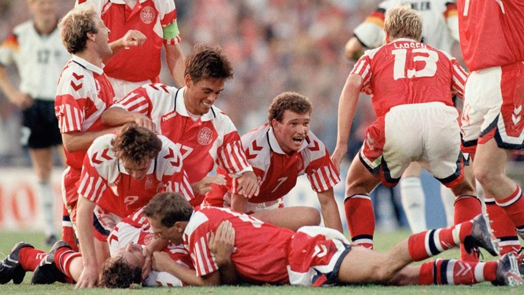 Chiến thắng kỳ diệu của Đan Mạch tại EURO 1992: 10 ngày trước khi EURO 1992 khởi tranh, Đan Mạch mới được lựa chọn để thay thế Nam Tư, quốc gia bị loại vì lý do chính trị. Tại vòng bảng, đoàn quân của HLV Nielsen khởi đầu không mấy ấn tượng với một trận hòa và một trận thua trước Anh và Thụy Điển. Bất ngờ đã xảy ra ở vòng đấu thứ ba khi Đan Mạch hạ gục Pháp 2-1 để tiến vào vòng trong. Tại bán kết, Đan Mạch với nòng cốt là Brian Laudrup đã đánh bại nhà ĐKVĐ Hà Lan sau loạt penalty cân não. Cơn địa chấn đã thực sự xảy ra ở trận chung kết khi đội tuyển quê hương của nàng tiên cá đã đè bẹp Tây Đức tới 2-0 để lần đầu tiên lên ngôi tại một kỳ EURO. Ảnh: Internet.