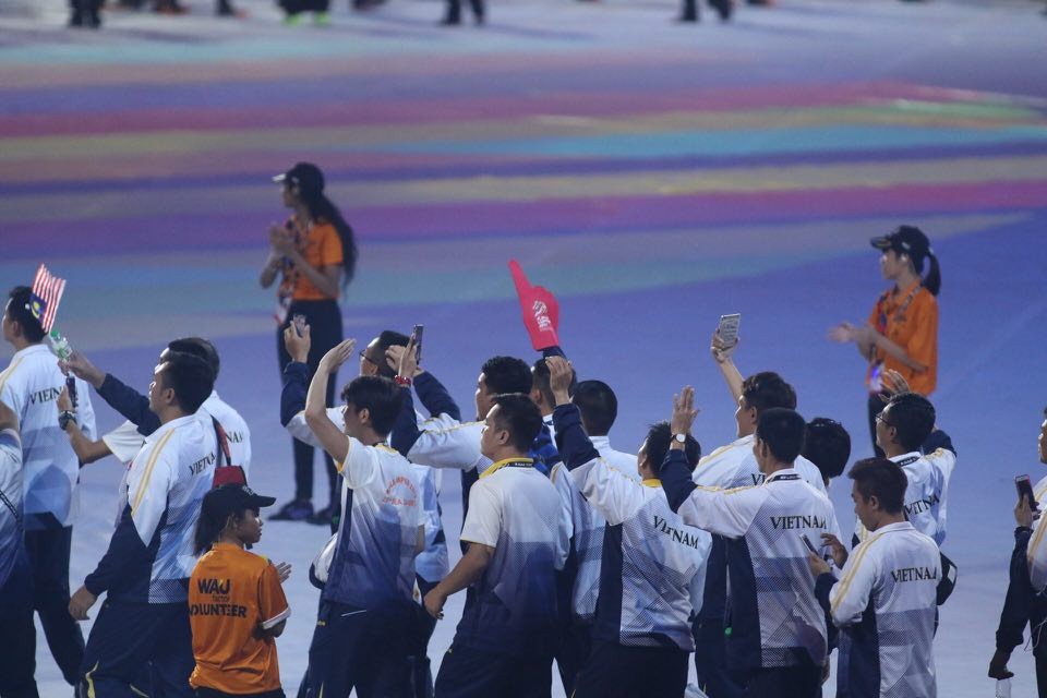 Trực tiếp lễ bế mạc SEA Games 29: Các đoàn VĐV tiến vào sân - Bóng Đá
