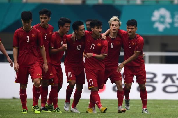 Các cầu thủ Olympic Việt Nam ăn mừng bàn thắng san bằng tỷ số 1-1 trước Olympic UAE của tiền đạo Nguyễn Văn Quyết (số 10).