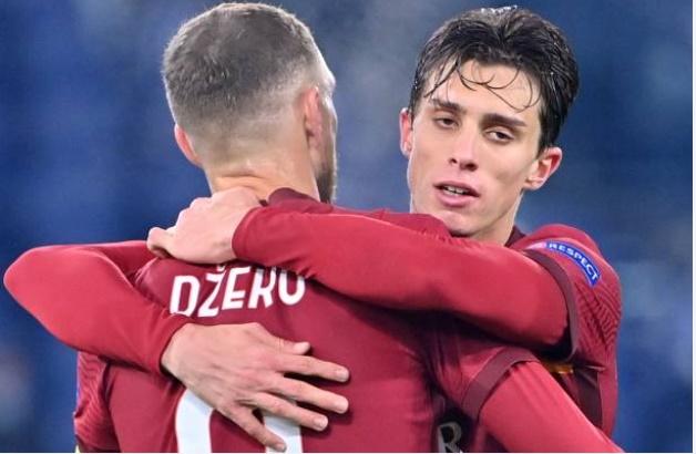 Cựu sao MU bị đấm thẳng mặt ở Europa League - Bóng Đá