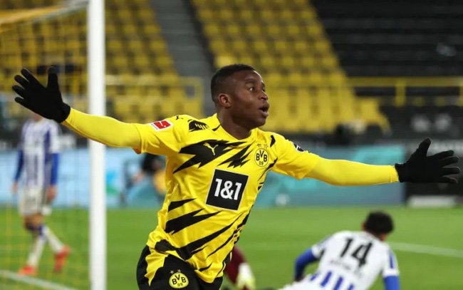 Video: Dortmund 16-year-old Youssoufa Moukoko scores brilliant solo goal to seal victory over Hertha - Bóng Đá