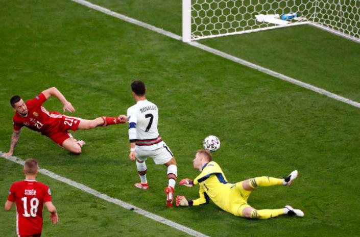 Nã cú đúp xé lưới Hungary, Ronaldo lập 2 siêu kỷ lục tại EURO  - Bóng Đá
