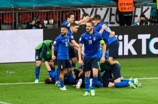 Không những hát quốc ca, người Ý còn đặc biệt trong cách ăn mừng - Bóng Đá