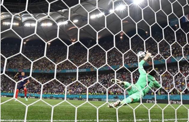 Hugo Lloris on Kylian Mbappé's penalty miss - Bóng Đá