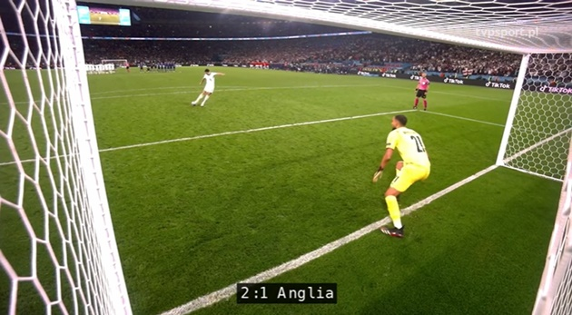 Maguire smashes an in-goal camera in penalty shootout  - Bóng Đá