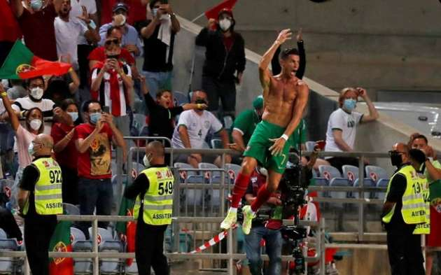Máu quỷ trỗi dậy, Ronaldo tẩn đối thủ trước chấm 11 mét - Bóng Đá
