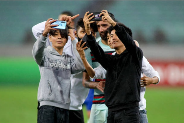 Fans invade the pitch and takes selfies with Manchester United star Bruno Fernandes  - Bóng Đá