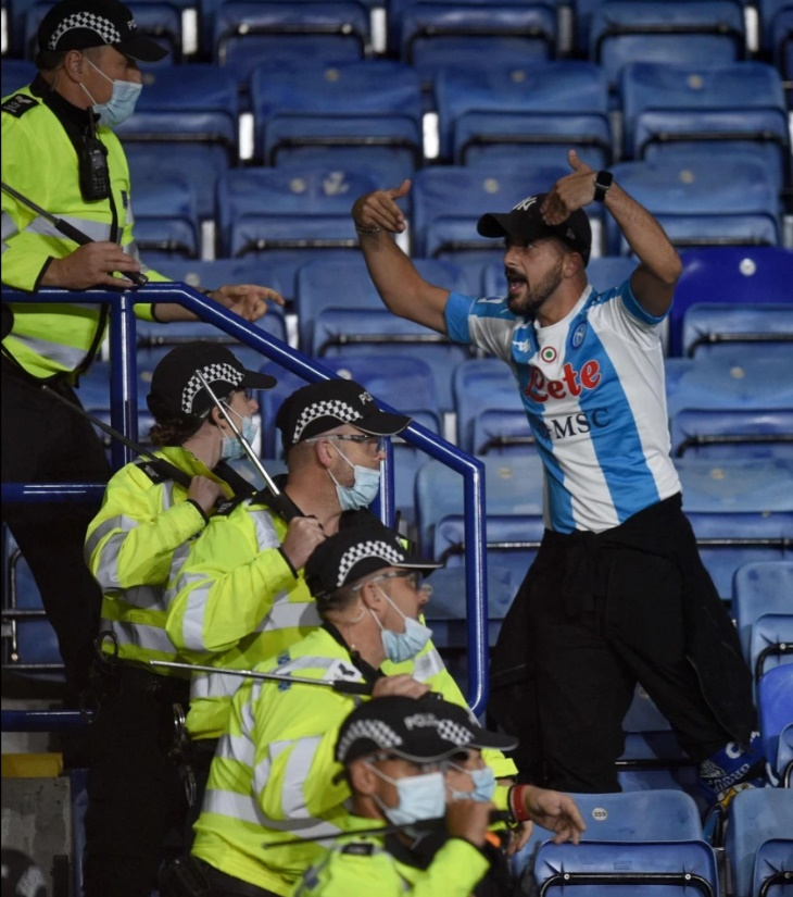 Leicester and Napoli fans in stadium bust-up with bottles thrown - Bóng Đá