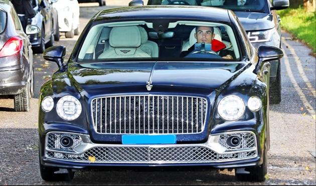 Ronaldo lạnh lùng trong siêu xe Bentley, được vệ sĩ theo sát đến sân tập - Bóng Đá