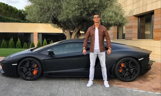 Ronaldo lạnh lùng trong siêu xe Bentley, vệ sĩ hộ tống đến tận sân tập - Bóng Đá