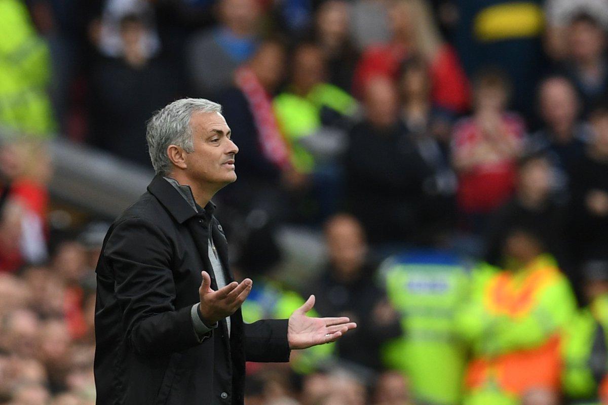 Sau đúng 1 năm, xe buýt của Mourinho bị đánh sập - Bóng Đá