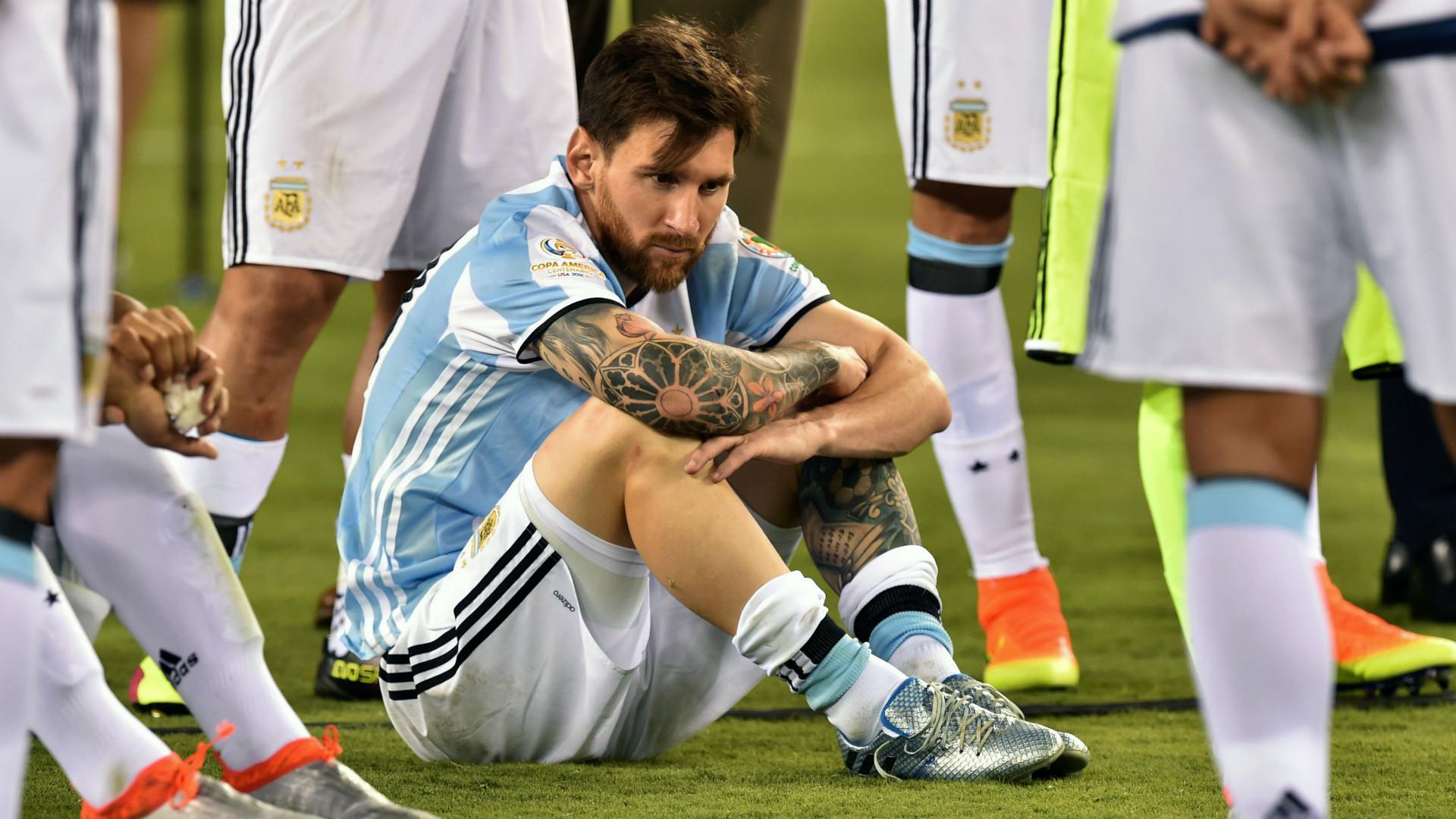 Maradona: Messi không thể là thủ lĩnh khi cứ vào phòng tắm 20 lần - Bóng Đá
