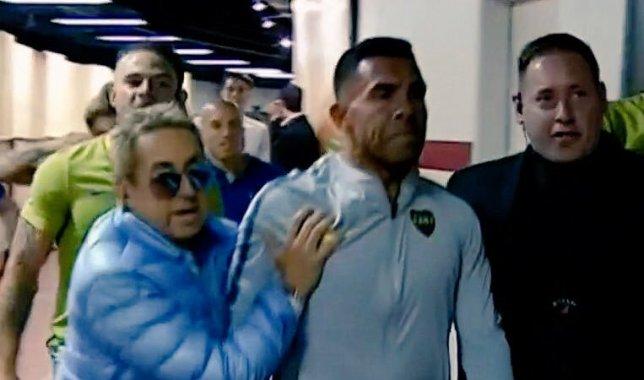 Kinh hoàng! Bị CĐV River Plate tấn công, cầu thủ Boca chấn thương, Tevez sợ xanh mặt - Bóng Đá