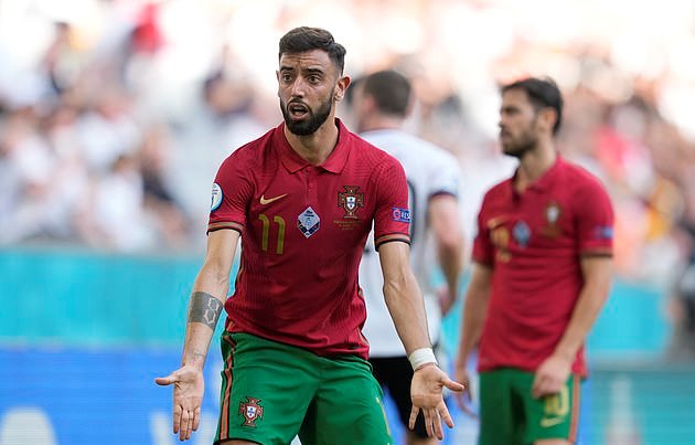 'Someone needs to tell him he is 3-1 DOWN!': ITV commentator Lee Dixon takes a swipe at Bruno Fernandes - Bóng Đá
