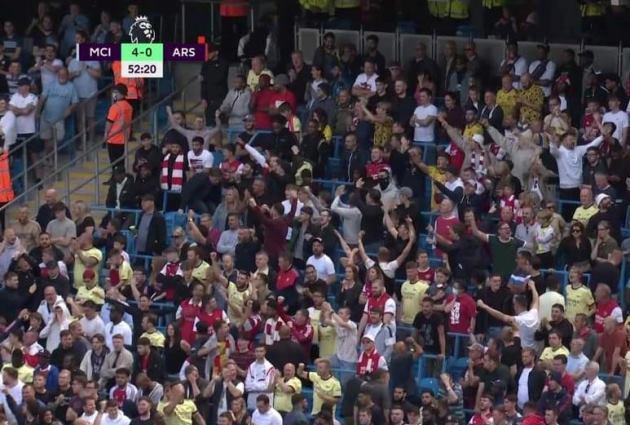Fan Arsenal ăn mừng khi MC ghi bàn - Bóng Đá