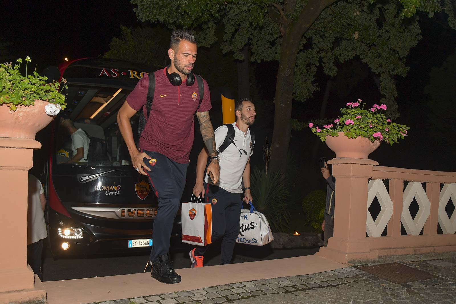 Tiết kiệm, Roma hành xác các cầu thủ trên đường đến Campania - Bóng Đá