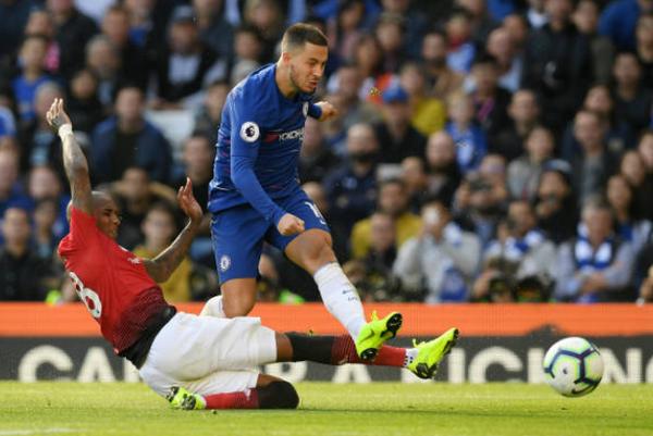 Gã khổng lồ Eden Hazard đã 'chết' trong tay Ashley Young - Bóng Đá