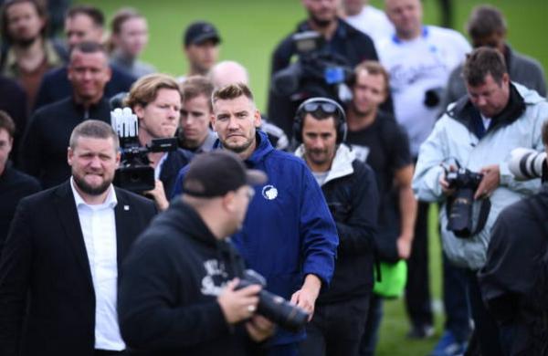 Ngày đầu tập luyện, 'Lord' Bendtner đã muốn làm HLV - Bóng Đá