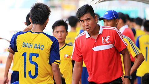 HLV Việt Thắng (phải) đang công tác tại Quỹ phát triển bóng đá PVF. Ảnh: Internet