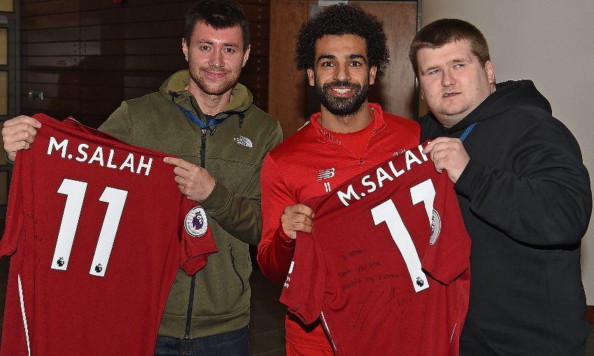 Mohamed Salah tặng quà Giáng sinh đặc biệt cho người hâm mộ khiếm thị - Bóng Đá