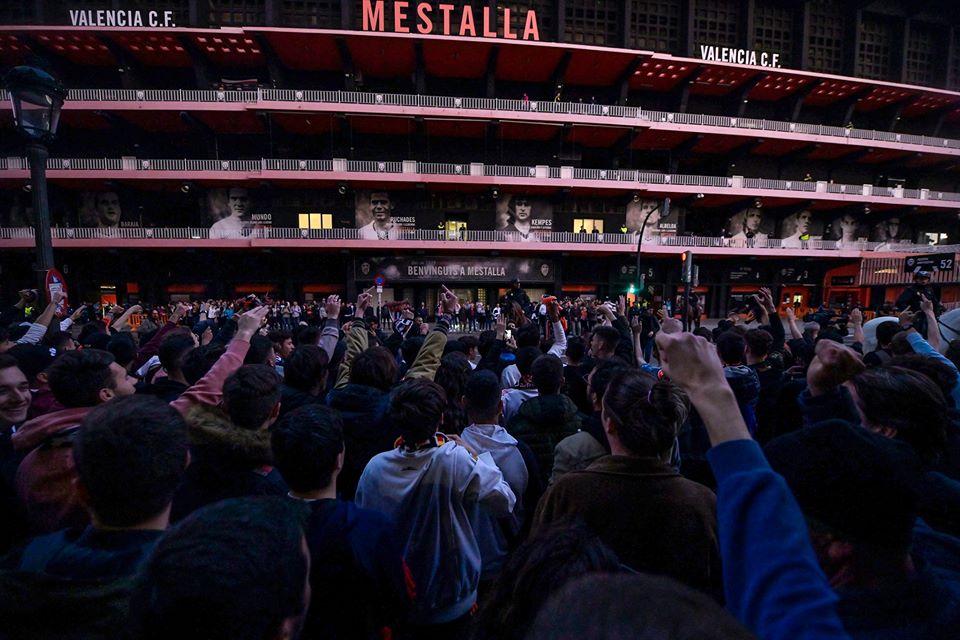 Khán giả tụ tập ngoài sân Valencia - Bóng Đá