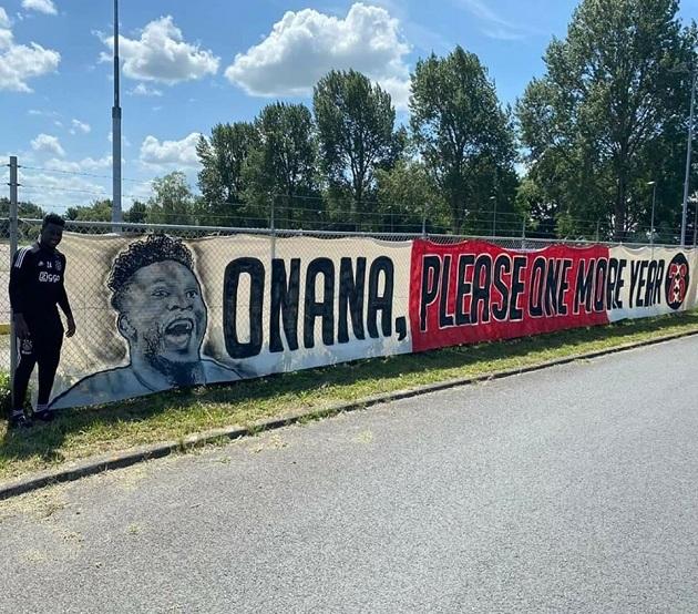 Ajax fans release banner to persaude Spurs, Chelsea target Onana - Bóng Đá
